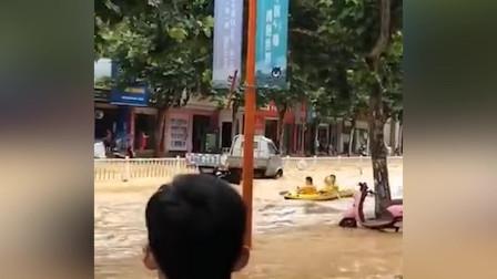 暴雨致内涝道路成河轿车变小船 外卖小哥划艇漂流送餐