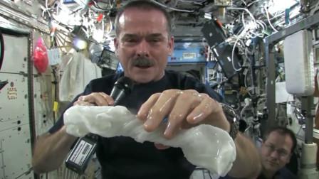 太空中的水会是什么状态?宇航员用毛巾展示,下一秒太神奇了