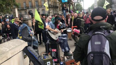 腿功不好不是好的吉他手,伦敦的街头艺人真不好干啊