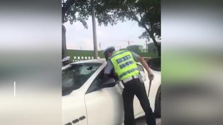 玛莎拉蒂车主拒绝配合执法 交警砸碎车窗强行将其控制
