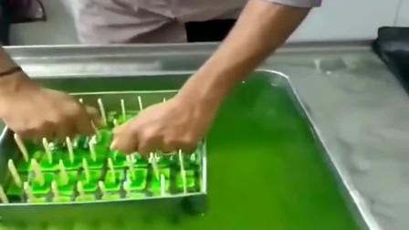 印度三哥直接用手搓冰棍,上海网友:这是青草榨的汁么?