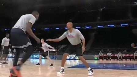 杜兰特单挑最强训练师,KD这样跳投,根本防不住!