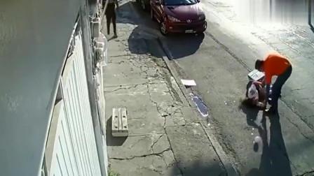 监控:女子路边被不明物体击倒!看了几次没看出来
