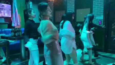 当一群女人聚集KTV时,就是这种场面,太会玩了