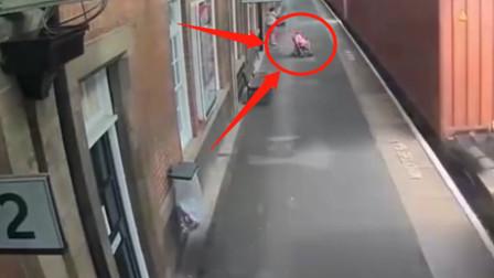 太诡异!婴儿车突然奔向火车轨道,监控拍下可怕全程!