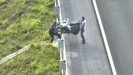 两男子骑摩托从高速抄近路,要不是监控,你都不知道两人有多可笑