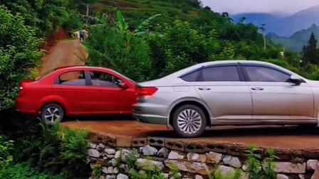 监控:实拍乡村路,两小车不倒车,反而要在这么窄的路掉头