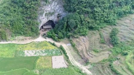 贵州发现一山洞,神秘女子投入50万隐居洞中建木材房子