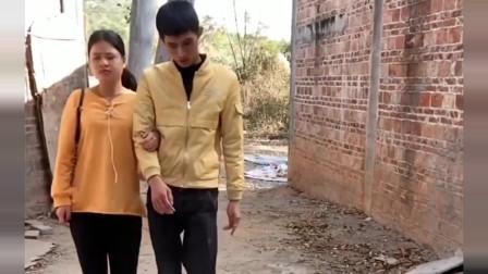 表弟前女友腿受伤,表弟准备背她,结果女友的反应厉害了!