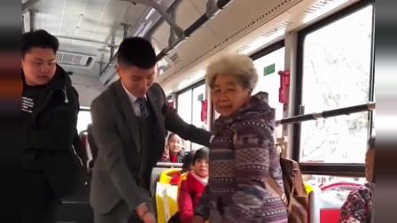 公交车上小伙不给老奶奶让座,旁边帅哥的举动令人感动了!
