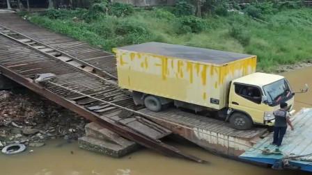 监控:货车上独轮,这码头也太菜了