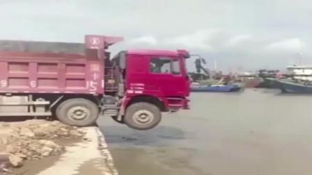 监控:货车司机,看好再踩油门,千万别挂错挡