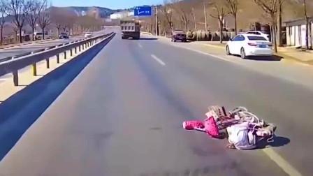 监控:私家车非要加塞大货车,监控让人捏一把汗,车子虽小人却胆大