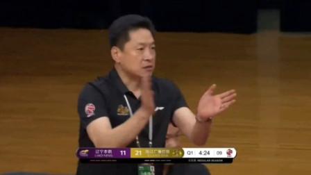 赵岩昊超远距离三分命中还造郭艾伦的犯规,李春江送上大大的掌声