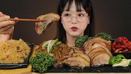 韩国妹子吃播:今天吃韩国炒饭和猪脚肉,软软糯糯的太香了!