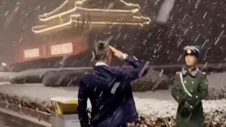 这位军哥不顾严寒站岗,并且摘掉手套敬礼,一看就是个中国军人!