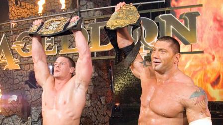 【WWE冠军拍档】约翰塞纳与巴蒂斯塔罕见组队,对手被打得毫无还手之力!