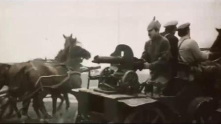 苏联红军骑兵部队冲向白俄军,机枪马车都用上了