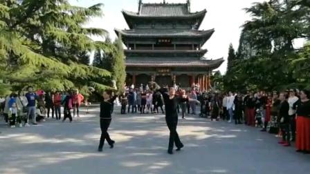 节日联谊即兴起舞广场舞《梁祝》