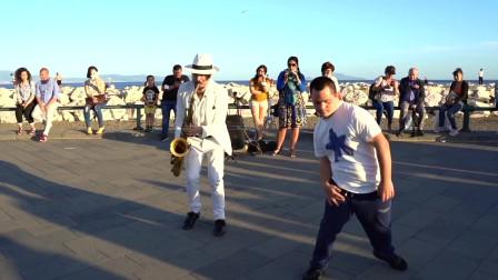 街头艺人精彩的演奏,吸引唐氏症宝宝闻歌起舞