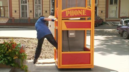 爆笑街头恶搞:打电话时电话亭突然坍塌,路人会是啥反应?