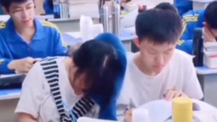 温馨,女生靠着男同桌的肩膀休息,你还记得你的同桌吗?