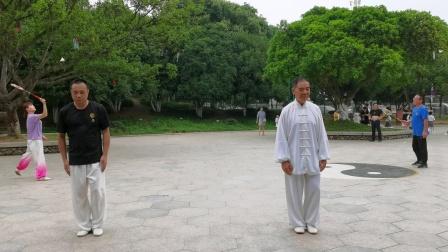 杨:乃景与杨介锦在2020.7月7日在龙港公园演练陈氏太极拳。