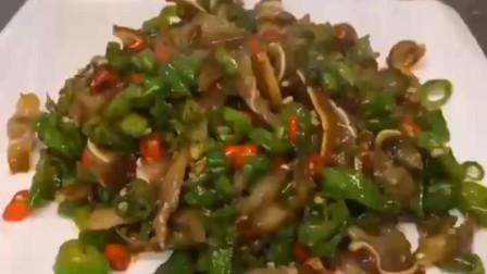 猪耳朵炒青椒,香脆的猪耳朵和青椒一起炒,香辣美味很是下饭