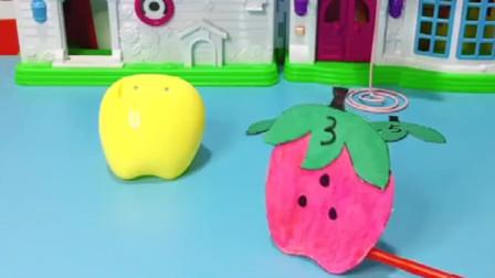 有谁看到小苹果的帽子了?小朋友们,快帮小苹果一起找找他的帽子吧!