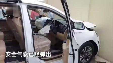 啥操作车主喜提新车,才开出店门下一秒就撞上围墙