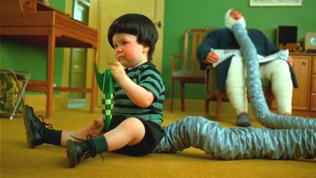 小男孩天生两个胃,每天都在不停地放屁,爸爸无奈之下用袋子给他封住!