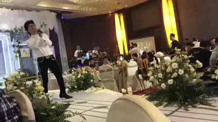 婚礼上,新郎的朋友模仿汪峰唱歌,长相和歌声都非常像!