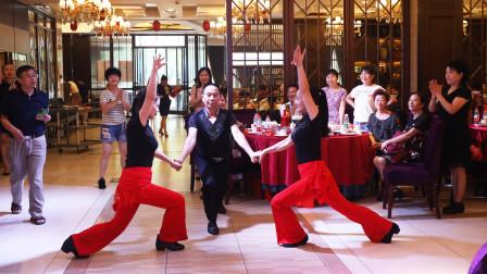 喜庆的寿宴上,宾客即兴表演一段舞蹈,全场观众看得傻眼了!