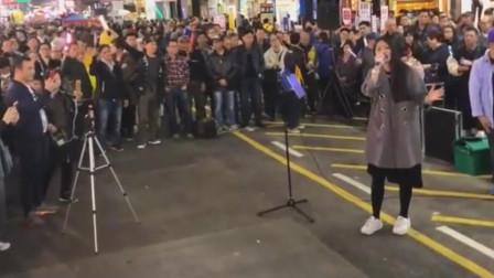 香港街头艺人,翻唱《广东爱情故事》路人围得人山人海,唱得真好