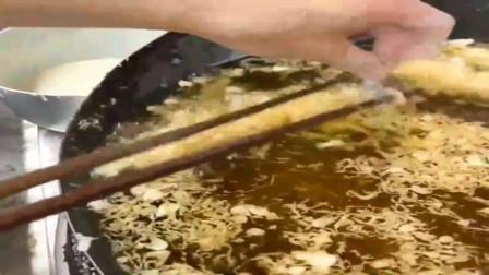这位大厨到底在炸什么?