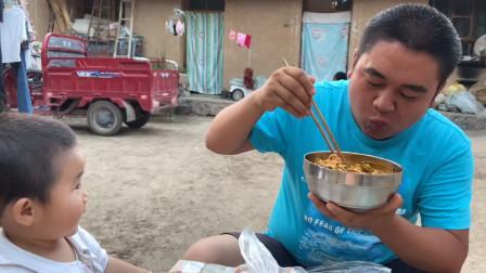 甘肃这道美食馋了好多人,农村大妈手工制作,小孩子都抢着吃!