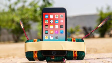 苹果手机的质量怎么样?外国小哥用炮竹亲测,下一秒就后悔了!