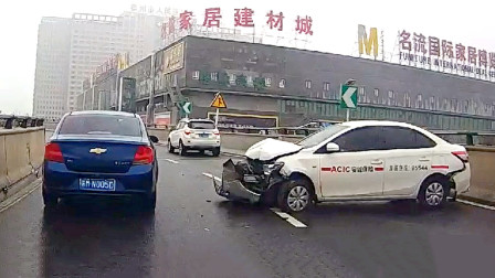 交通事故合集:雨天路滑,排水渠过弯让人伤不起