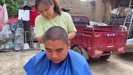 大龙和媳妇要去杭州,开会决定给媳妇换发型,却引来全家集体理发