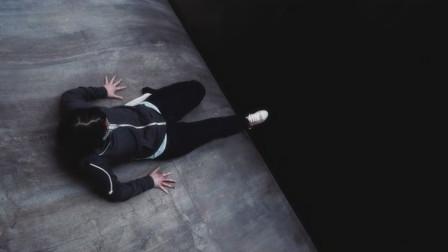女孩被困曲面斜坡,进退两难,一不小心就会坠入万丈深渊!