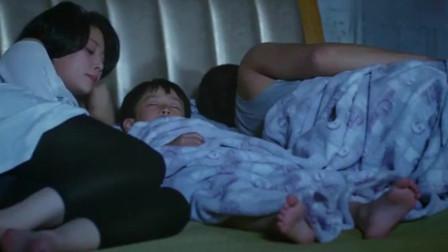 妻子将熟睡的儿子挪到旁边,睡在丈夫旁边,夫妻的默契!