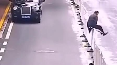 不要翻越护栏很危险的,危险的不是人而是护栏,看这个视频就懂了