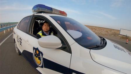 小伙在新疆过道上行驶,交警拦下,劝返到高速,发生了什么