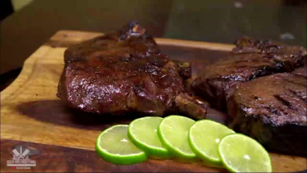 拿来一块带骨牛肉,外国人是这样烹饪的,切开看看是几分熟?
