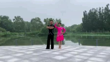 《李德强老师和金凤玲老师》在2020年7月11号在海淀公园录制视频《亲爱的姑娘我爱你》吉特巴舞