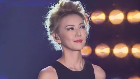 这位在中国出道的新加坡歌手,仅用了五年时间,登上乐坛天后宝座