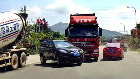 交通事故合集: 好肆意的弯道超车,大货车避让不及很受伤