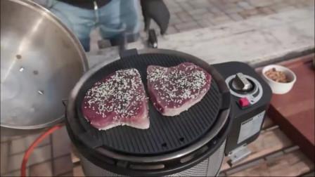 拿来两块金枪鱼生鱼片,看看外国人是如何烹饪的,这种吃法我服了!
