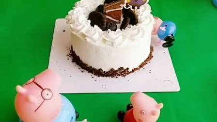 猪妈妈买了生日蛋糕,乔治躲进了蛋糕里面,猪妈妈会发现吗
