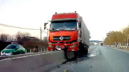 交通事故合集:不观察路况任性掉头,大货车刹车已尽力了